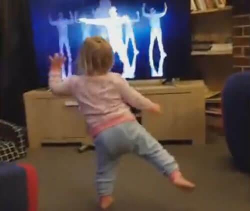 маленькая танцующая девочка