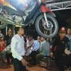 танец с мотоциклом на голове