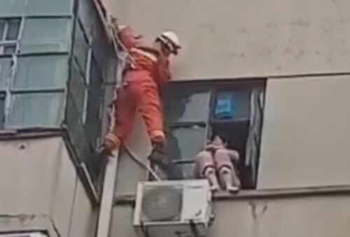 пожарный толкнул самоубийцу