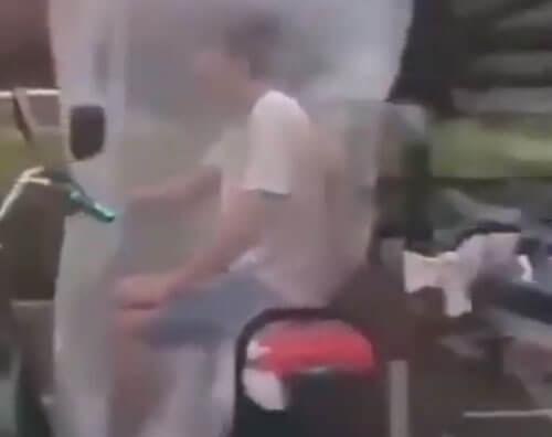мотоциклист запаковался в пакет