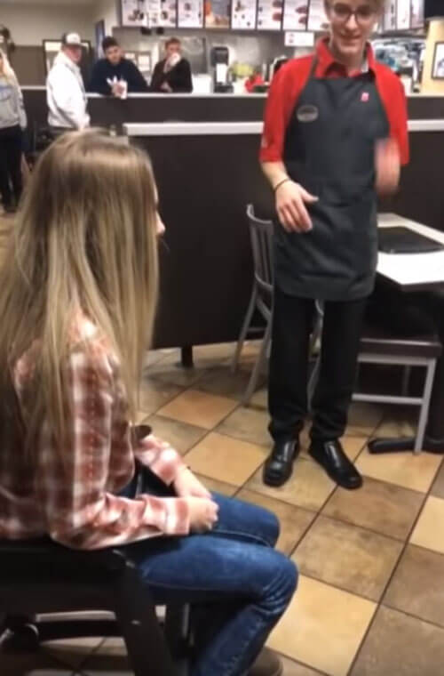 девушка застряла в стуле