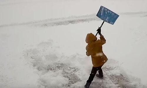 мальчик устал чистить снег