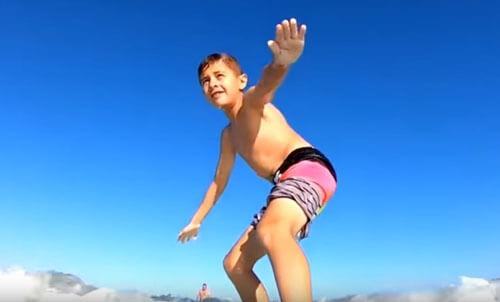 акула и мальчик-серфер