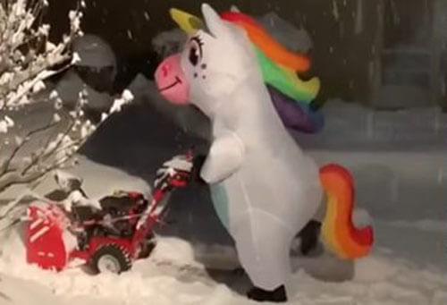 единорог чистит снег и танцует