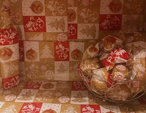кухня в праздничной бумаге