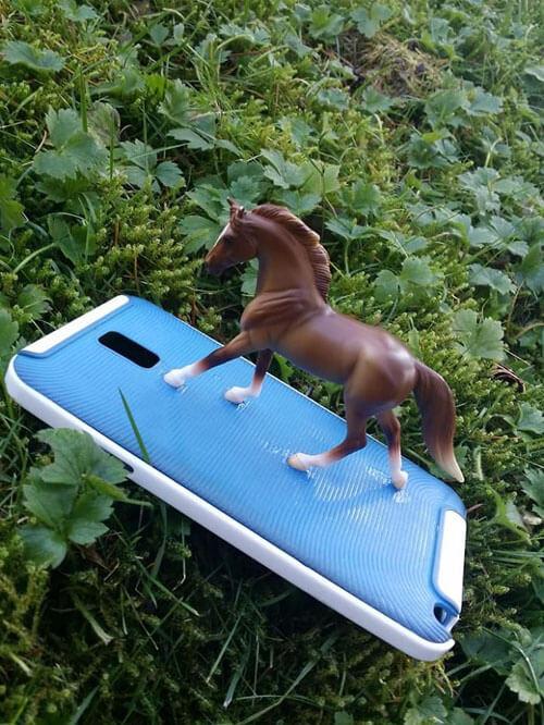 игрушечная лошадь на телефоне