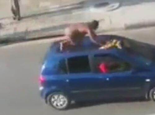 голая женщина на крыше машины