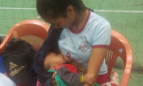 волейболистка кормит малыша