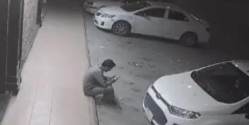 мужчина едва не погиб под машиной
