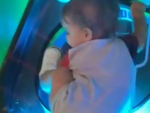 малыш в игровом автомате