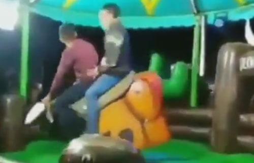 мужчины на механическом быке