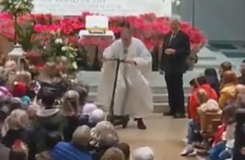 священник прокатился на самокате