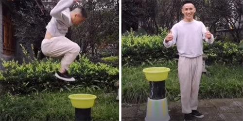 трюкач прыгает по воде