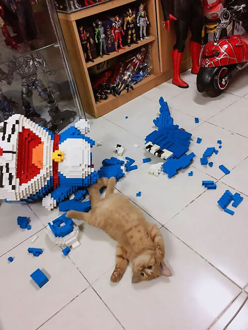 котёнок уничтожил скульптуру