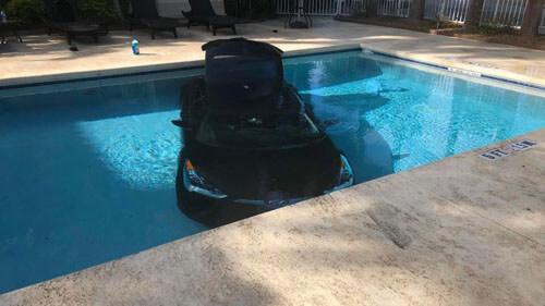 машина в бассейне отеля
