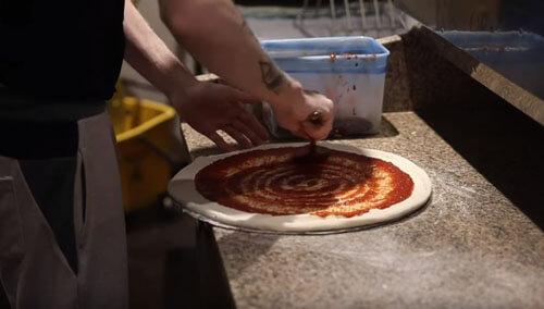 пицца с начинкой из наггетсов