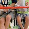 двое детей в тележке