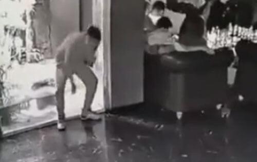 незнакомец искупался в аквариуме