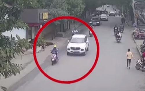 женщина в ловушке под машиной
