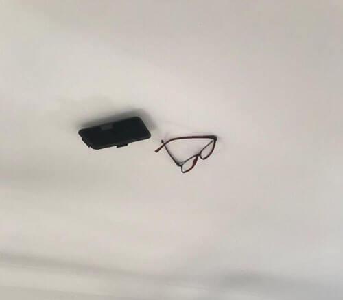 вещи приклеены к потолку
