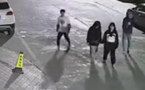подросток пнул дорожный конус