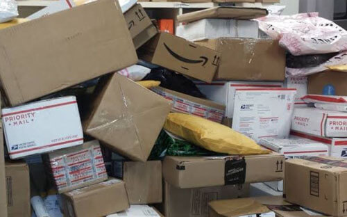 посылки и письма дома у почтальона