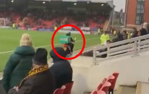 курьер приехал на стадион