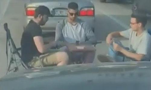 игра в карты на дороге