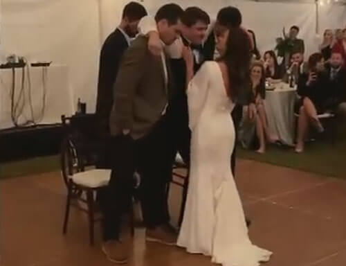 друзья помогли жениху танцевать