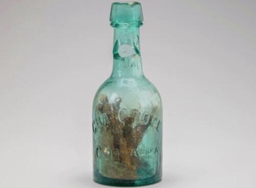 старая бутылка с гвоздями