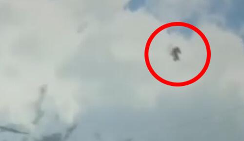 чёрная фигура пролетела по небу