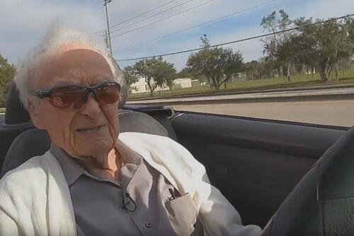 очень пожилой автомобилист