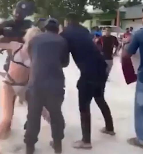 туристка в бикини на пляже