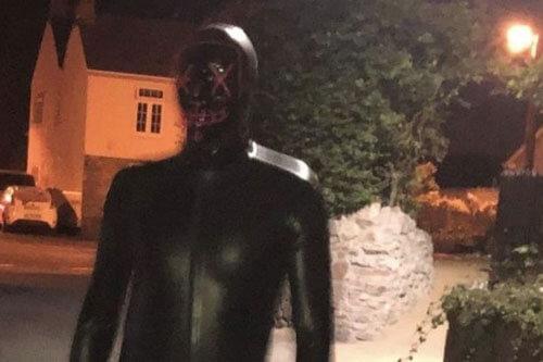 незнакомец в латексном костюме