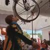 танец и балансировка с велосипедом