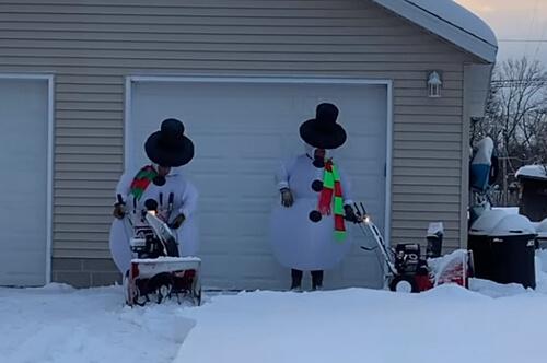снеговики чистят снег