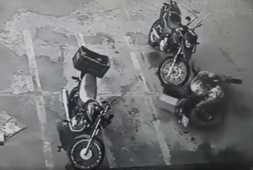 мотоцикл двигается сам по себе