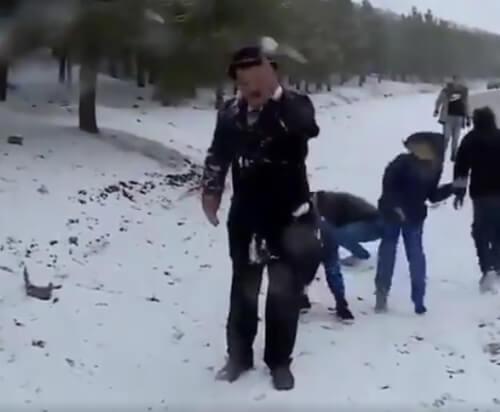 синоптика закидали снежками