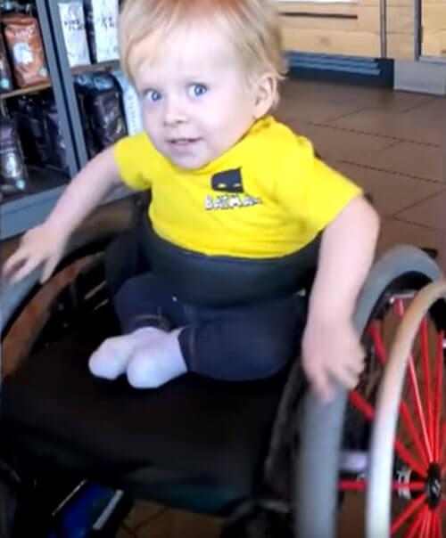 малыш в инвалидной коляске