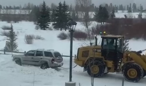 внедорожник вытаскивают из снега