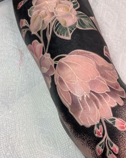 тату с цветами на чёрном фоне