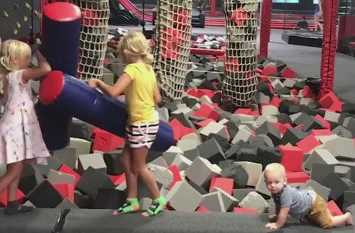 воинственная девочка и малыш