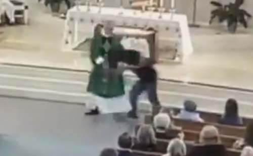 священника избили во время службы