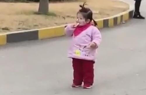 девочка с маской на лице