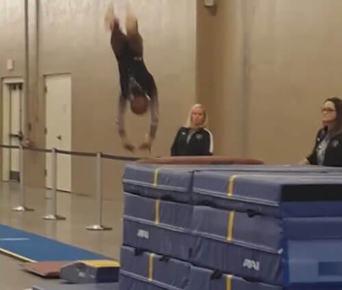 спасение гимнастки от травмы