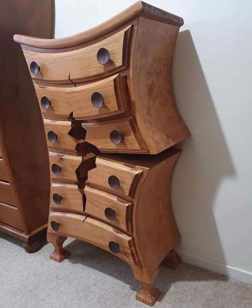 мебель выглядит сломанной