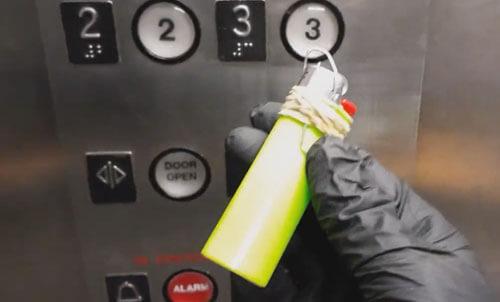 нажимание кнопок лифта