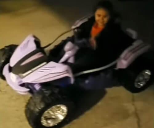 водительница на игрушечной машинке