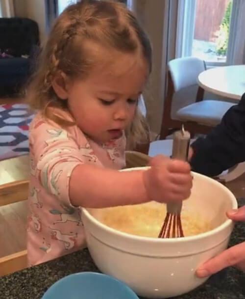 девочка готовит блинчики