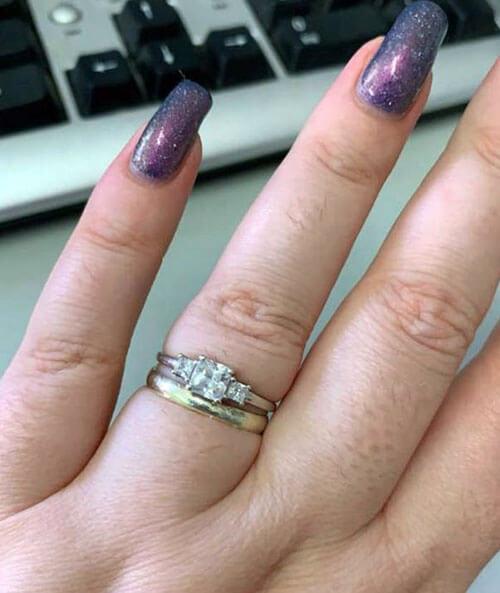 женщина показала свои кольца